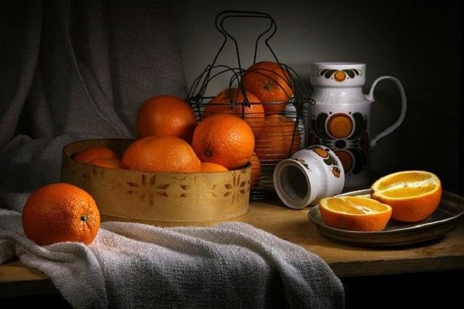 Апельсин на столе